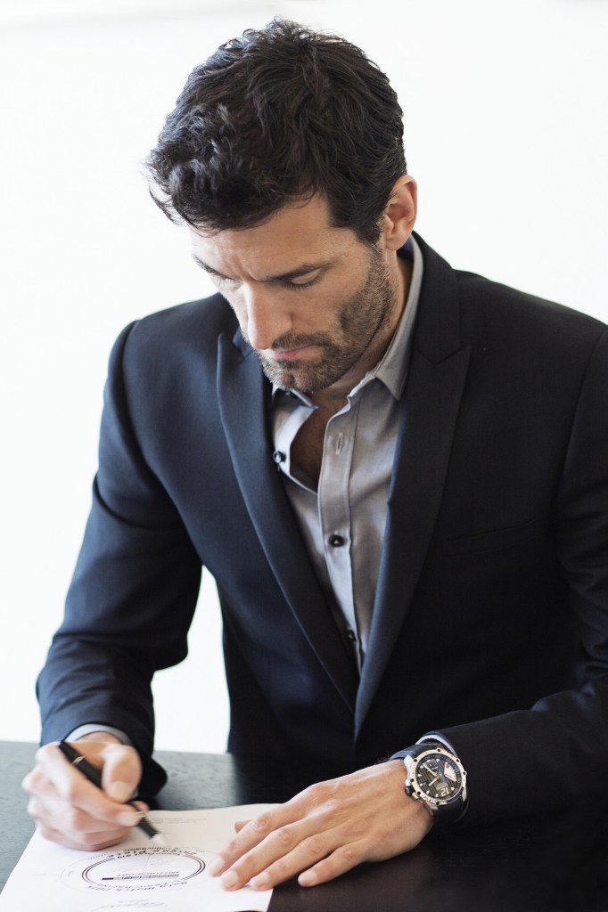 Mark-Webber-signing-the-drawings-╕JohannSauty_Chopard-1293x1940